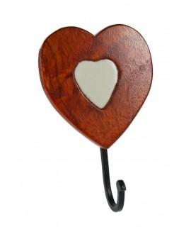 Colgador perchero de madera y cerámica de un gancho con forma de corazón. Medidas totales: 18x15x10 cm.