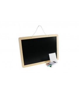 Pizarra pequeña de madera con tizas coloridas. Medidas totales: 24x34x1 cm.