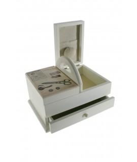 Costurero pequeño  con asa de madera color blanco y cajón central. Medidas totales: 16x23x16 cm.
