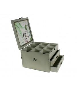 Cosidor o caixa gran de fusta amb separadors i dos calaixos color blanc envellit. Mides totals: 17x24x24 cm.