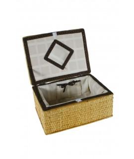Costurero de mimbre pequeño forrado en su interior. Medidas totales: 11x24x18 cm.