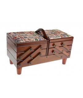 Costurero de madera extensible con tapas acolchadas con diseño costura de color nogal. Medidas plegado 25x41x20 cm.