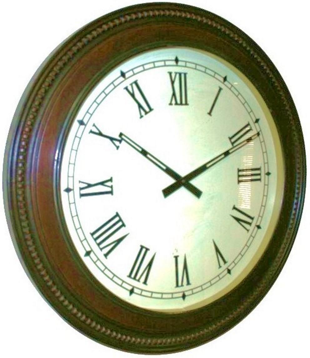 Gran reloj de pared con marco de madera tallada.