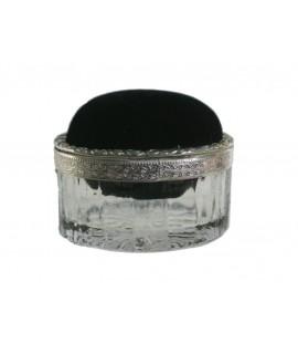 Buirac de sastre ovalat de metall amb vora daurada. Mesures: 8x5 cm.