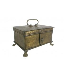 Caja joyero de metal envejecido acabado latonado. Medidas: 13x24x17 cm.