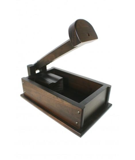 Casse-noisette casse-noisette dans une boîte en bois massif, ustensile de cuisine de style rustique et table cadeau originale.