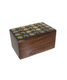 Cajita de madera con adornos de metal. Medidas: 4x5x7 cm.