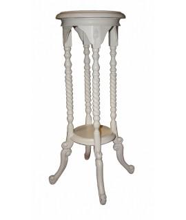 Pedestal de fusta tallada color blanc. Mides totals: 78x43x43 cm.