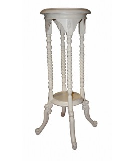 Pedestal de madera tallada color blanco. Medidas totales: 78x43x43 cm.