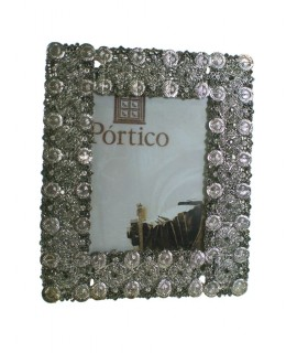 Marco portafotos de metal cromado étnico. Medidas: 18x15 cm.