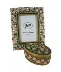 Marco Portafotos con joyero decoración flores y con pedrería. Medidas: 23x18 cm.