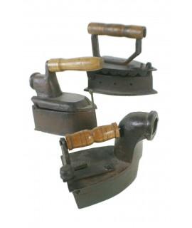 Ensemble de trois plaques en fonte. Mesures de la plaque: 14x6 cm.