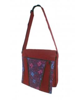 Bossa multiús disseny ètnic hippie amb solapa i nanses de teixit cotó color granat. Mesures: 29x35 cm. Aprox.