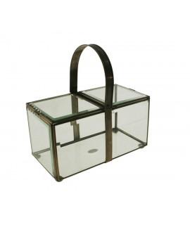 Caja de vidrio biselado con perfilaría metálica y asa abatible. Medidas: 23x23x12 cm.