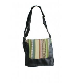 Bolso pequeño multiuso diseño ètnico con solapa multicolor hippie y asas de símil de piel color negro. Medidas: 21x20x5 cm.
