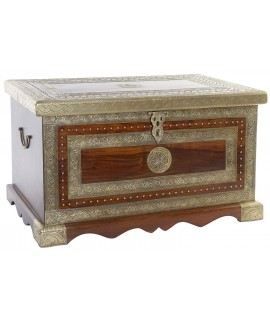 Bagul de fusta de palissandre amb aplicacions de metall. Mesures: 44x76x43 cm.