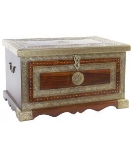 Baúl de madera de palisandro con aplicaciones de metal. Medidas: 44x76x43 cm.