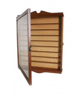 Vitrina porta dedales madera de cedro color avellana fondo claro expositor para pared decoración hogar