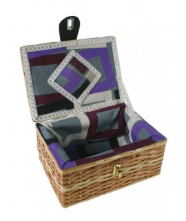 Boîte à couture en osier avec doublure intérieure. Mesures: 10x22x18 cm.