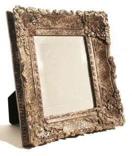 Espejo de sobremesa de resina estilo clásico. Medidas totales: 40x40x6 cm.