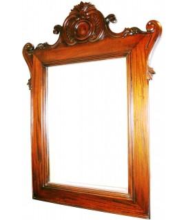Espejo colonial en madera de caoba con tallada de líneas muy clásicas. Medidas totales: 120x80x5 cm.