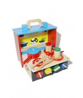Cuina portàtil en fusta multicolor amb accessoris. Mesures: 26x28x30 cm.