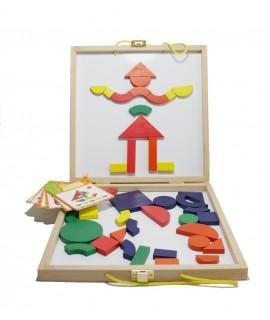 La valise contient de nombreuses pièces de bois de formes différentes.