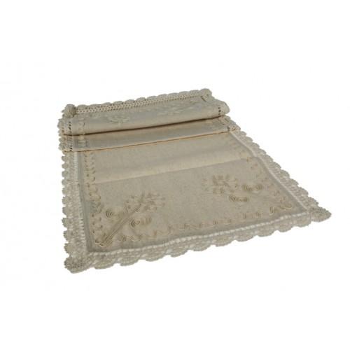Camino de mesa rustico con bordados y puntilla en perímetro. Medidas: 155x45 cm.