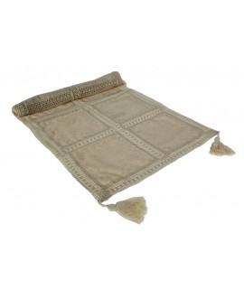 Camino de mesa rústico puntilla color crema. Medidas: 87x47 cm.