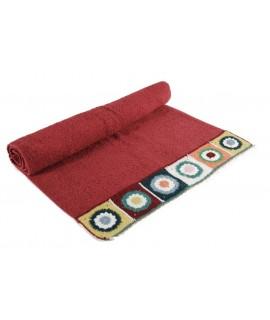 Toalla de baño color granate con cenefa de puntilla estilo hippie. Medidas: 50x100 cm.