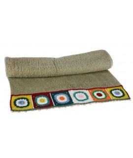 Tovallola de bany color gris amb sanefa de ganxet estil hippie