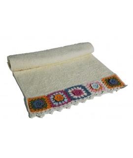 Tovallola de bany color cru amb sanefa de ganxet estil hippie