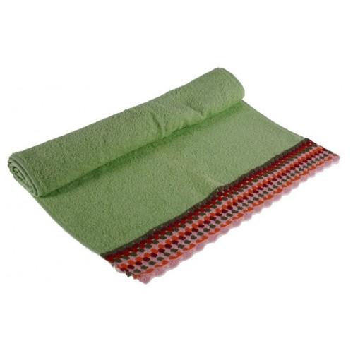 Toalla de baño color verde con cenefa de ganchillo estilo hippie