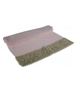 Toalla baño color rosa con cenefa flores de puntilla estilo vintage