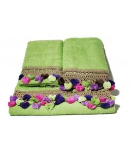 Juego de 3 toallas de baño color verde con cenefa de puntilla y pompones estilo vintage. Medidas: 3 piezas