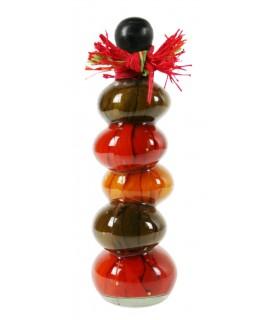 Bouteille décorée de poivrons naturels dans un intérieur de décoration de style rétro