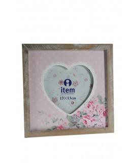Marco para foto de madera decorada color rosa en forma de corazón.