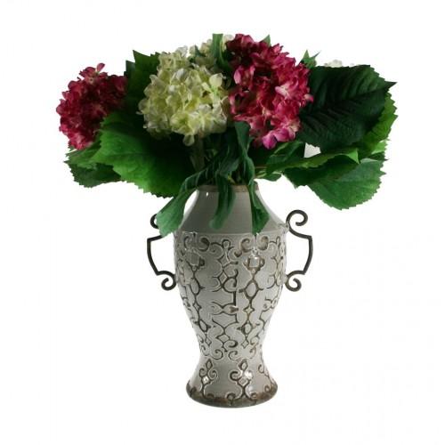 Vase en céramique gravé avec poignées en métal de style rustique.