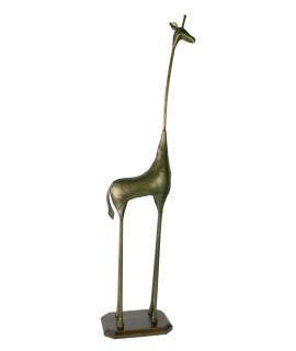 Grande figurine de girafe en métal avec piédestal en bois. Dimensions: 107x18x23 cm.