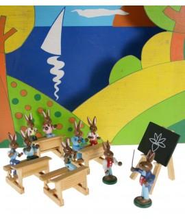 Muñeco de liebres de madera en la escuela. Medidas: 7x20x10 cm.