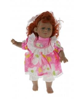 Nina amb caràcter i vestit de color rosa i cabell pèl-roig