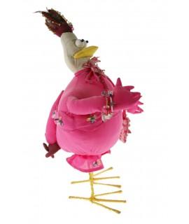 Muñeco de trapo forma de gallina de color rosa. Medidas: 40x19x20 cm.