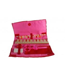 Estoig infantil de roba de feltre de color rosa amb accessoris.