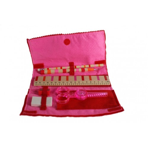 Estuche infantil de ropa de fieltro de color rosa con accesorios.