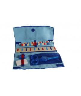 Boîte à vêtements en feutre bleu pour enfants avec accessoires.