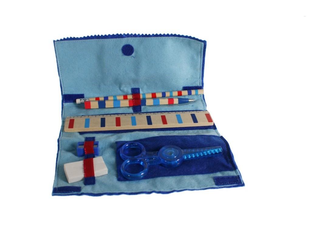 Estuche infantil de ropa de fieltro de color azul con accesorios.