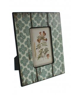 Marco para foto de madera color verde azulado estilo étnico. Medidas: 26x20 cm.