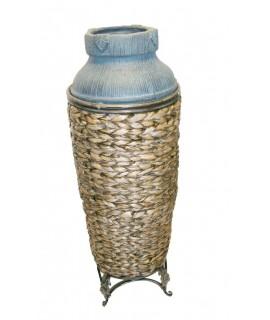 Cruche décorative en céramique et rotin pour une ambiance rustique.
