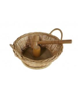 Cascanueces rompenueces en contenedor de mimbre con maza de madera estilo rustico utensilio de cocina y mesa regalo original.