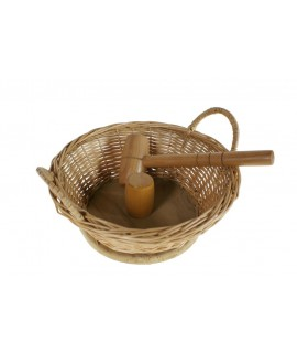 Casse-noisette casse-noisette dans un récipient en osier avec une masse en bois de style rustique, un ustensile de cuisine et un